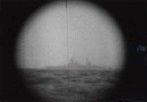Uidentificeret krigsskib - sandsynligvis en sovjetisk krydser af SVERDLOV-klassen - fotograferet gennem periskopet på ubåden S320 NARHVALEN af NARHVALEN-klassen. Med tekst: